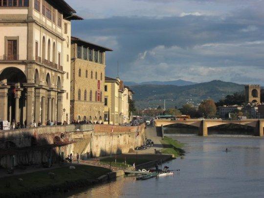 Zicht vanaf de Ponte Vecchio