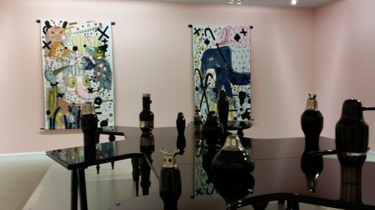 Mon Cirque, 2006 (met op de achtergrond wandkleden uit de serie Fauna, 2013)