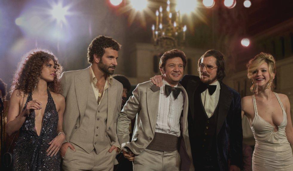 American Hustle (2013). Regie: David O. Russell. Cast: Christian Bale, Amy Adams, Bradley Cooper, Jennifer Lawrence, Jeremy Renner e.a. Speelduur: 138 min.