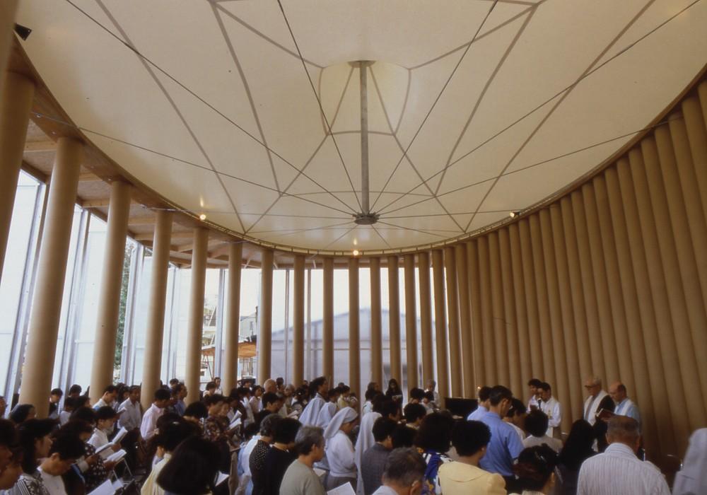 Ontwikkelingswerk: interieur van de Paper Church in Kobe (1995, foto Hiroyuki Hirai)