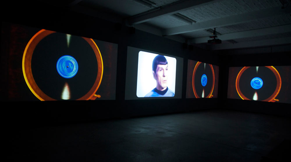 Soda_Jerk, Astro Black, 2007 - heden. 4-channel video installatie, 25:24 minuten, zaalzicht Künstlerhaus Bethanien, Berlin, 2011.