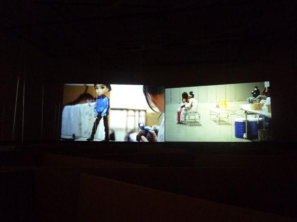 Aernout Mik, Cardboard Walls, 2013. Zaalzicht in BAK Utrecht