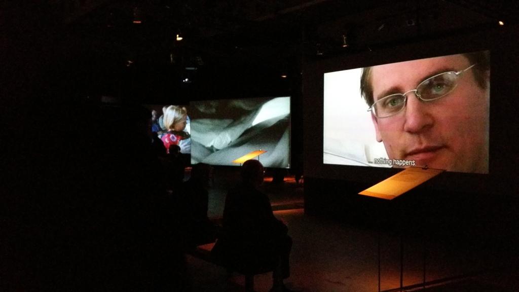 Zaalzicht Projections, met rechts op de voorgrond Renzo Martens, Episode 1, 2003